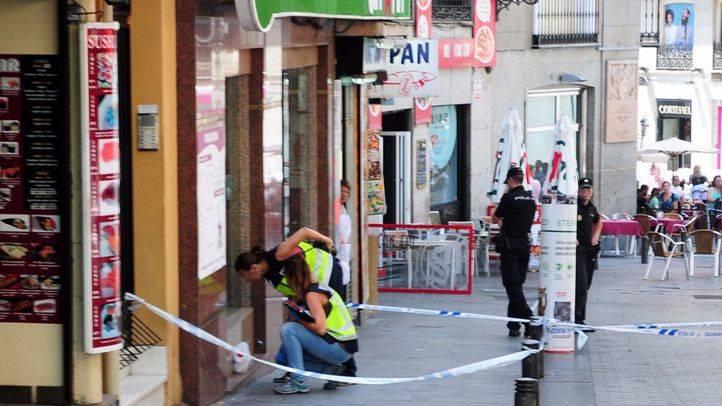Foto de archivo de la policia científica inspeccionando el lugar de un apuñalamiento ocurrido en 2013 en el distrito de Tetuán.