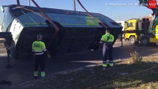 Retirada del autobús escolar accidentado en Fuenlabrada