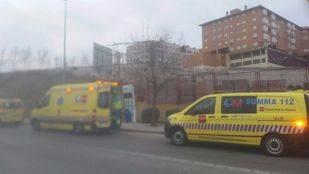 Emergencias Comunidad de Madrid 112 atendiendo a un obrero tras un accidente laboral