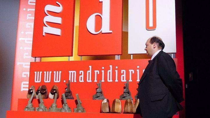 Constantino Mediavilla, presidente-editor de Madridiario con las estauillas de los premios.
