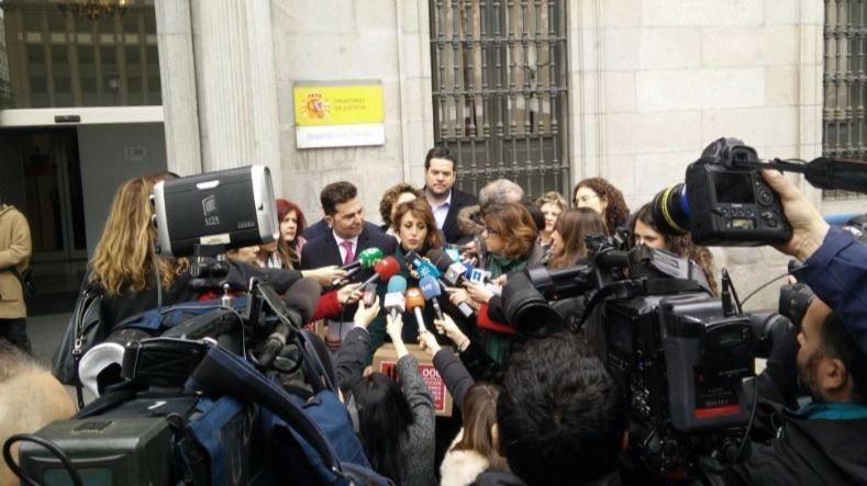 Dos v ctimas de violencia de g nero entregan firmas para for Oficina de atencion al ciudadano linea madrid