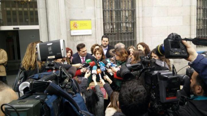 Juana, tras entregar 150.000 firmas por la protección de menores frente a padres maltratadores en el Registro de la Oficina Central de Atención al Ciudadano