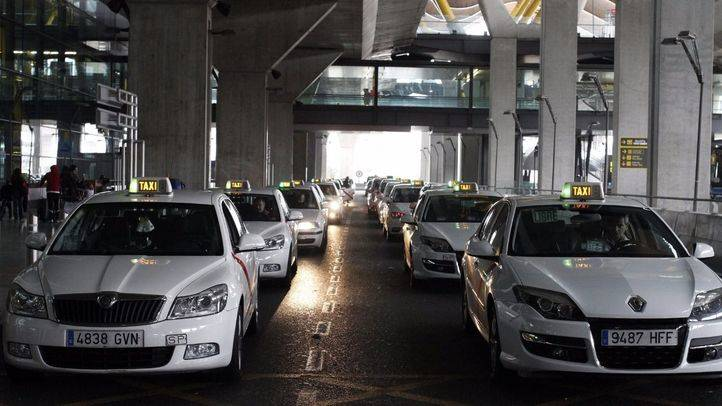 Parada de taxis en la terminal T4 del aeropuerto Adolfo Suárez-Madrid Barajas (Archivo)
