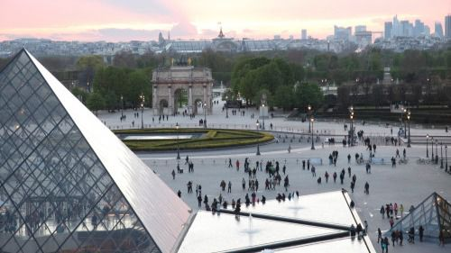 Un militar abate en París a un presunto terrorista en el Museo del Louvre
