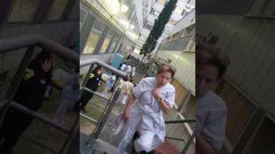 El vídeo muestra los intentos de los sanitarios por salvar la vida del padre y su bebé