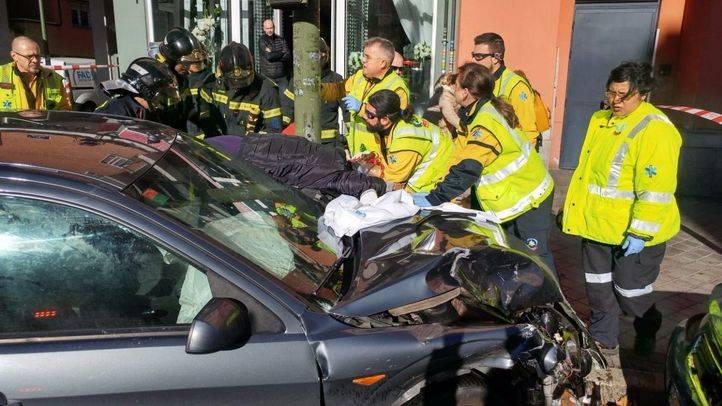 Un coche arrolla a dos peatones y se estrella contra un poste de la calle Alcalá por evitar un accidente