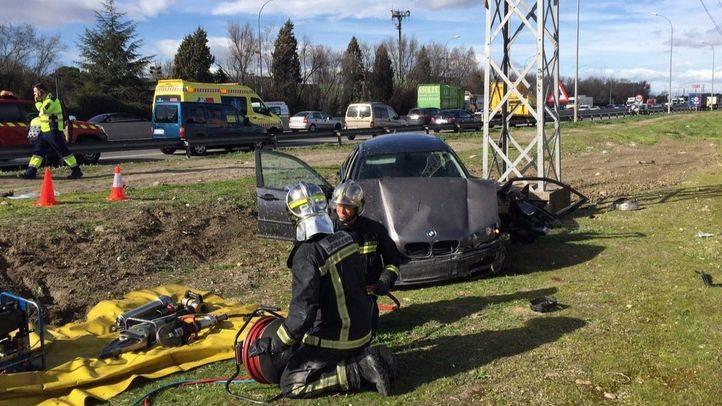 Bomberos y efectivos del Summa trabajando en el accidente
