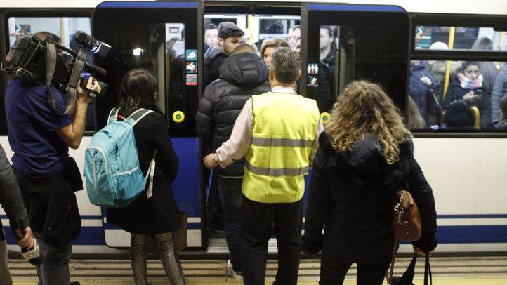 Varios controladores y vigilantes de seguridad de Metro informan a los viajeros que se dispongan a lo largo del andén para evitar aglomeraciones.