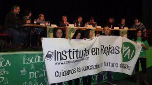 Vecinos de la plataforma Instituto en Rejas Ya protestan durante un debate sobre el pacto educativo en Aluche
