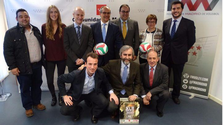 El consejero, junto a altos cargos de la Federación Madrileña de Voleibol.