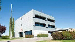 El edificio está enclavado en uno de los extremos de la Base Aérea de Torrejón de Ardoz