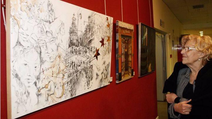 Manuela Carmena visita la exposición de pintura 'Las Miradas de Nuestro Madrid'