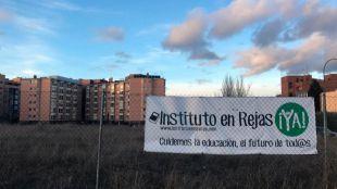 Una pancarta reclama la construcción del instituto en el barrio de Rejas