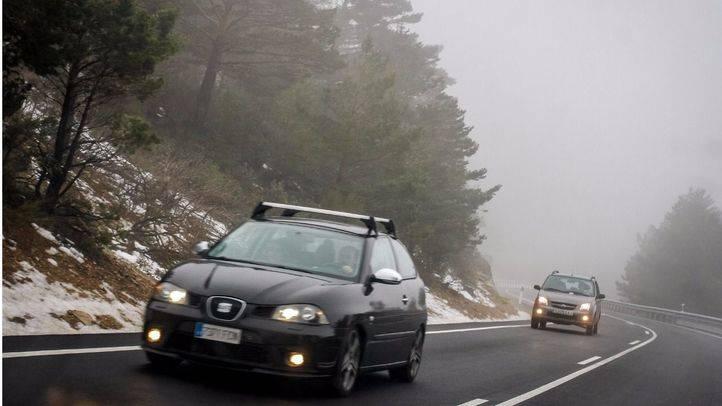 Carretera del Puerto de Navacerrada con niebla y nieve.