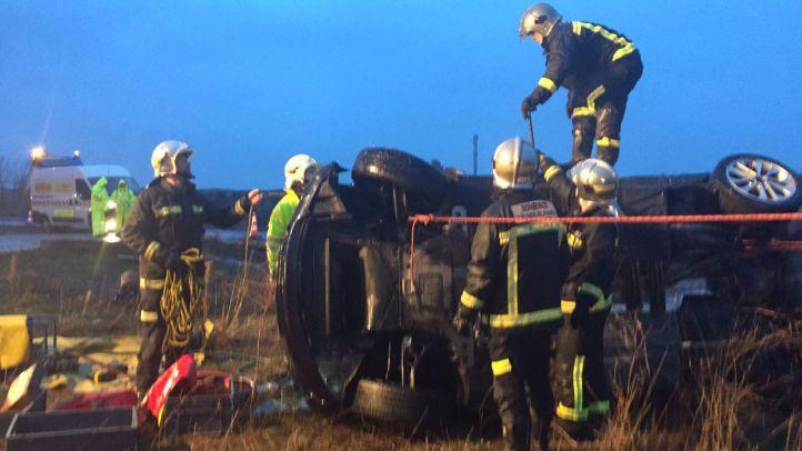 Los bomberos rescatan a un hombre herido en un accidente en la A-1
