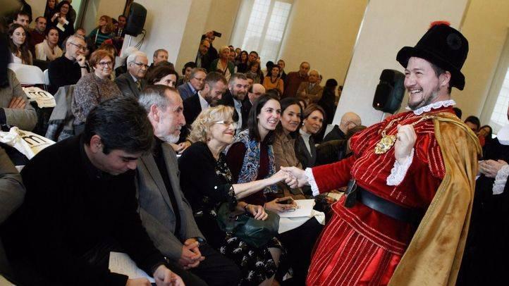 Un actor que interpreta al rey Felipe III con la alcaldesa de Madrid, Manuela Carmena.