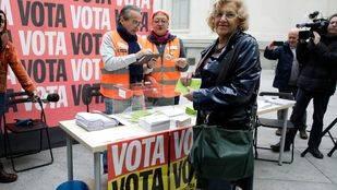 Manuela Carmena en las primeras votaciones ciudadanas de Madrid