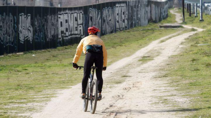 Un ciclista por el camino que se quiere convertir en vía verde