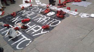 Mosaico desplegado en la Puerta del Sol contra la violencia machista.