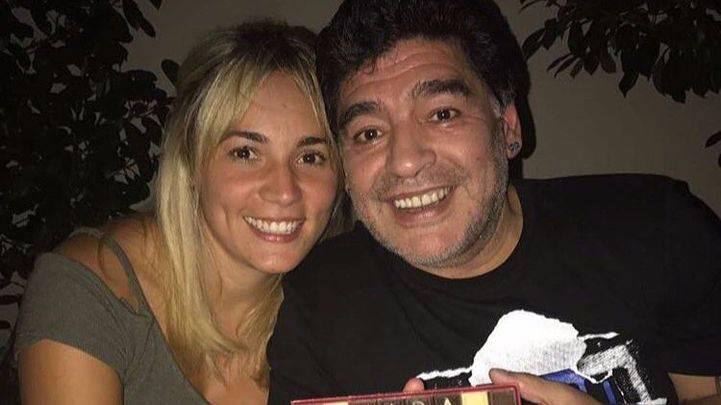Maradona junto a su novia.