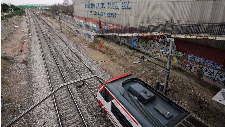 Tren de cercanias de la líea C3 a su paso por el polígono industrial los Ángeles en Getafe