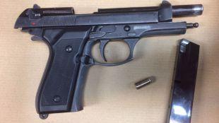 Arma requisada por los agentes.