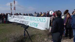 Un centenar de vecinos de Vicálvaro y Vallecas participan en la Marcha al Cerro Almodóvar organizada por la Plataforma por un Sureste de Madrid limpio y sostenible contra el proyecto de urbanización de Los Berrocales