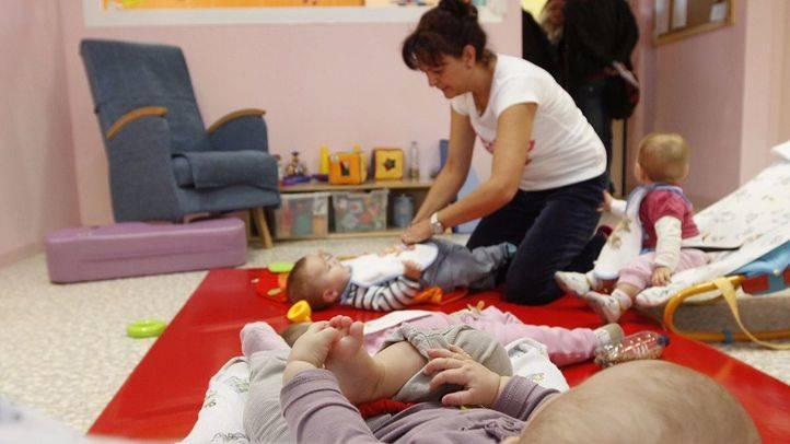 varios bebés y una monitora de la escuela infantil guarderia Deyanira