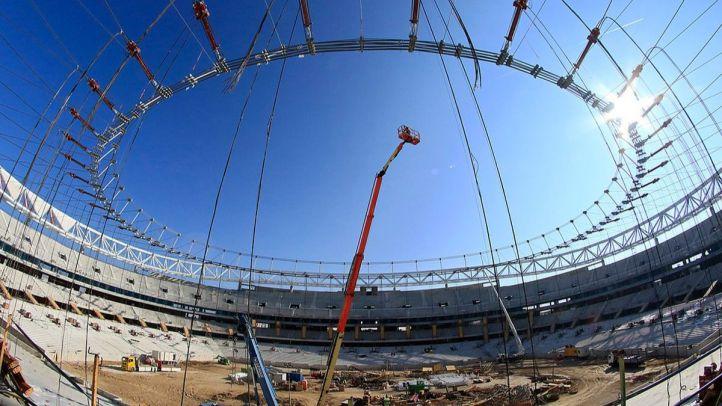 El Metropolitano avanza en su espectacular cubierta: así ha sido el izado del anillo interior