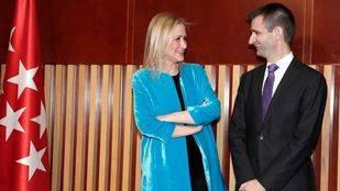 Cristina Cifuentes y José Pablo López en la toma de posesión de este como director de RTVM.