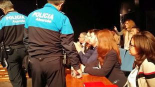 Los agentes intentan desalojar al concejal socialista