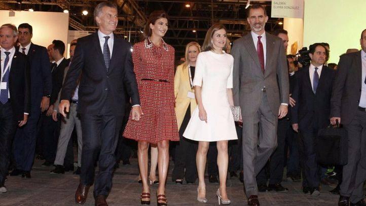 Los Reyes recorren ARCO junto a Macri y a la primera dama argentina