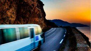 Un autobús por una carretera