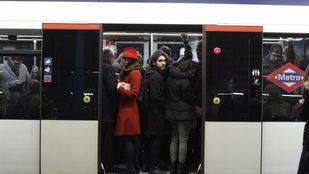 Usuarios de Metro de Madrid en la estación de Príncipe Pío durante el primer paro convocado por el sindicato de maquinistas