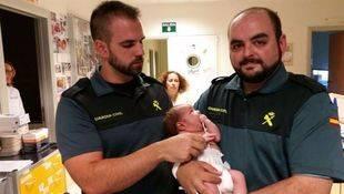 La Guardia Civil con el bebé encontrado en un contenedor en Mejorada