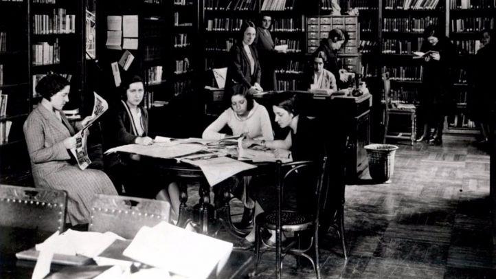 Estudiantes en una biblioteca en los años 30