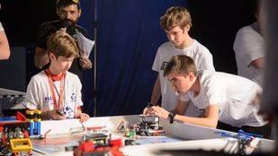 Niños participando en el Torneo FLL de Madrid de ciencias e investigación