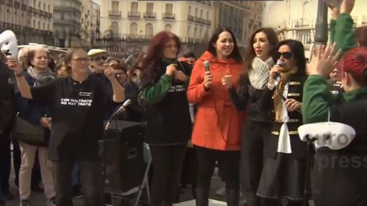 Unas 300 personas arropan el concierto solidario con las mujeres acampadas en Sol
