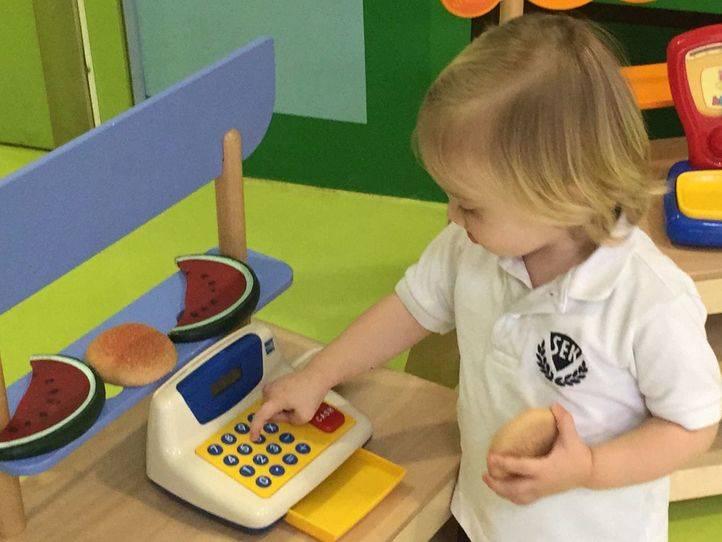 Una niña de Educación Infantil en el centro educativo SEK-Ciudalcampo