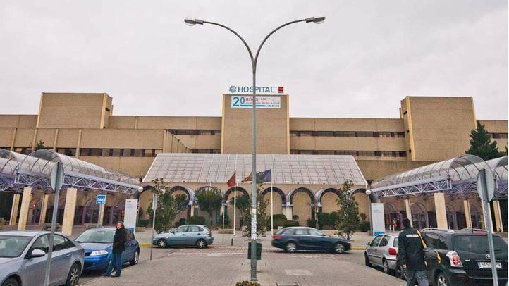 Una paciente de Oncología recoge firmas pidiendo más personal en el Hospital de Getafe