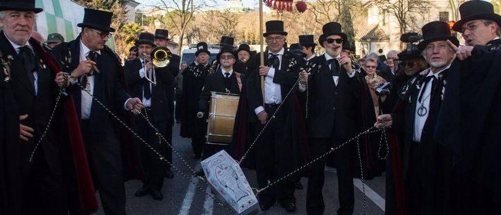 Lágrimas y sollozos entre música, gigantes y cabezudos: el entierro de la sardina pone punto final al Carnaval 2017
