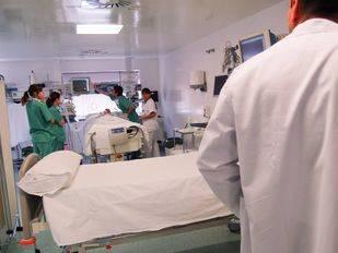 Médicos y sanitarios atendiendo a un enfermo. (Archivo)