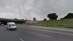 El hombre ha tenido que ser trasladado al Hospial 12 de Octubre. En la imagen, el puente de la A-5 sobre la M-40.