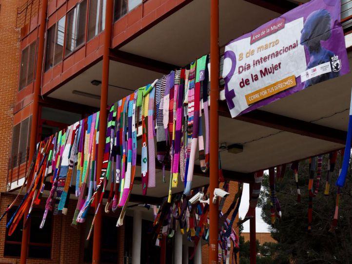 Más de 2.200 metros de bufanda para concienciar sobre la violencia machista