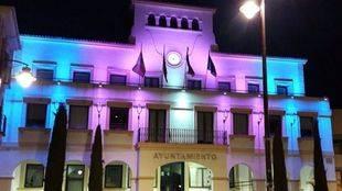 La fachada del ayuntamiento de Sanse, con los colores de la bandera trans