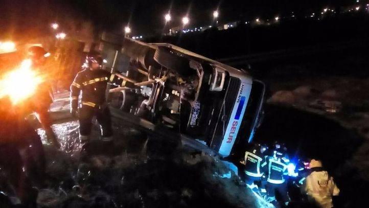 Los bomberos rescatan al conductor herido