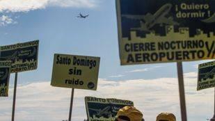 Protesta de los vecinos de la urbanización de Santo Domingo contra los ruidos producidos por los aviones del aeropuerto Adolfo Suárez Madrid Barajas en el 2011. (Archivo)