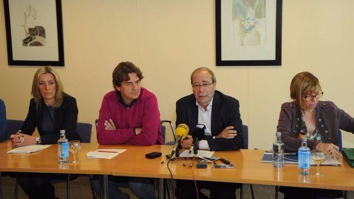 Manuel Robles, alcalde de Fuenlabrada, junto a miembros de su equipo.