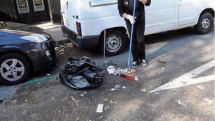 Una mujer limpia frente a su tienda