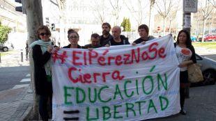 Afectados por el cierre del IES Pérez Galdós a las afueras de la Asamblea de Madrid.
